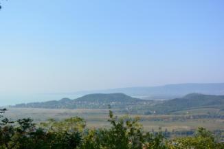 kilátás Szigliget felé a badacsonyi Kuruc-körút egyik kilátópontjáról