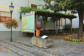 borospohár-szobor a város gasztronómiai és kulturális térképe mellett