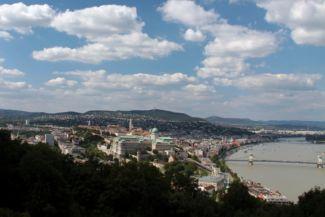 Buda, középen a Budai várral a Citadelláról nézve
