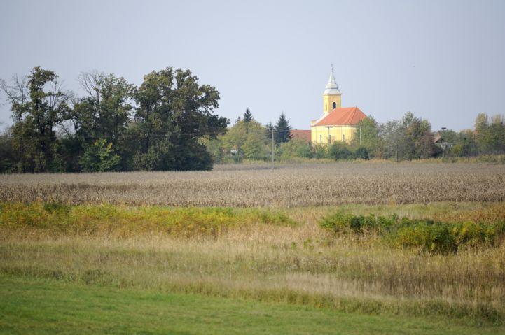 Kisboldogasszony templom a Szajlai Holt-Tisza partjáról nézve