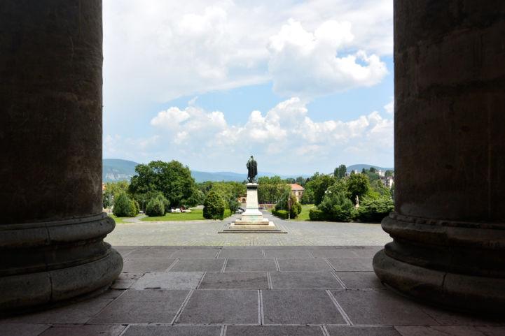 a Bazilika oszlopai, előttük a Magyarok Nagyasszonya-szobor