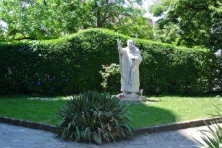 II. János Pál szobra a Péter-Pál-templom kertjében