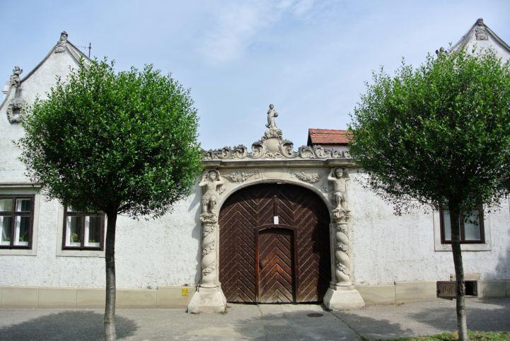 Két Mór-ház díszes kapuja