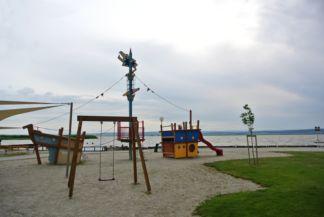 játszótér a tóparton