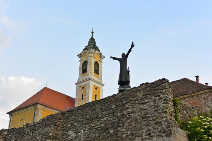 Statue of Géza I with the Franciscan Church in the background