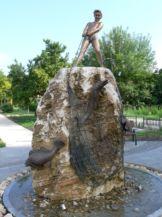 Halászó kisfiú-szobor