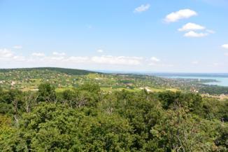 panoráma Balatonalmádi felé az alsóörsi Csere-hegyi kilátóból