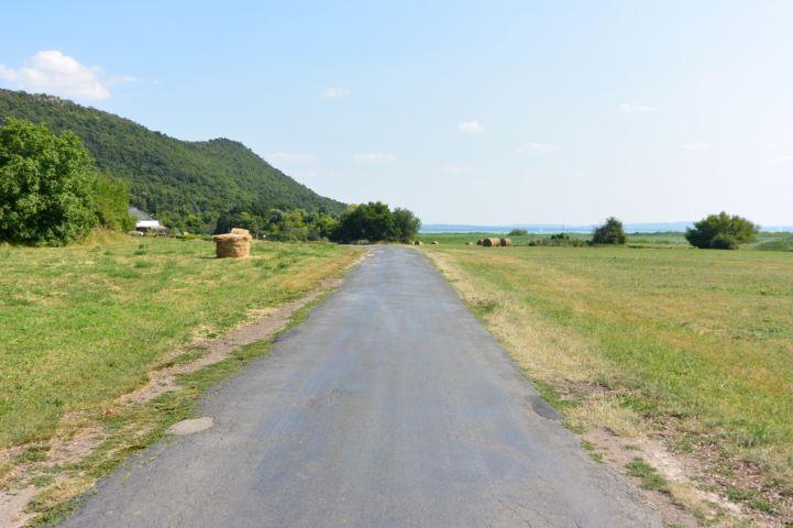 a 71-es útról bekötőút vezet Sajkodra