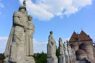 szobrok díszitik a Bory-vár várfalát