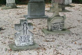 régi sírkövek a Pusztazámori Remeteség mellett