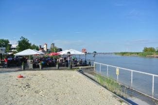 vendéglátóegység a tó partján