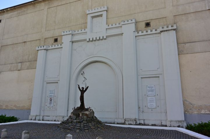 memorial at the walls of the prison