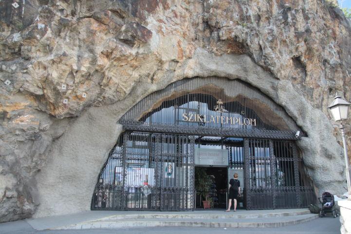 a Gellért-hegy oldalában nyíló Magyarok Nagyasszonya sziklatemplom bejárata