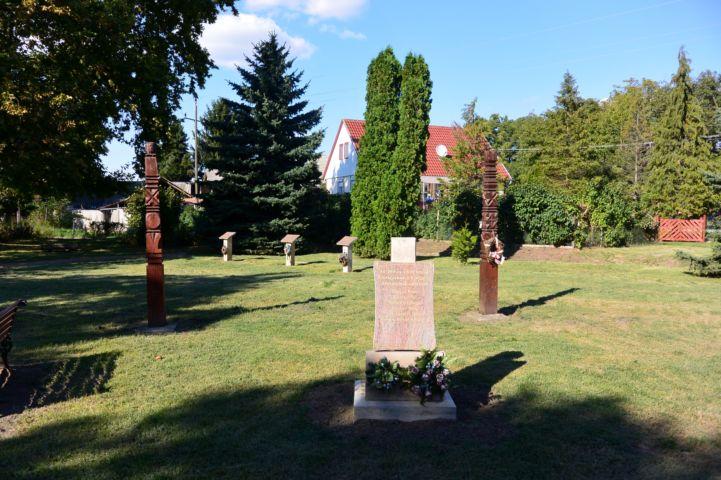 emlékművek a parkban