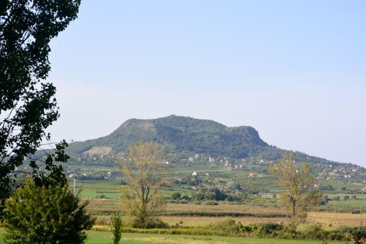 pillantás a Szent György-hegyre a Badacsonyból Szigligetre vezető kerékpárút mentén