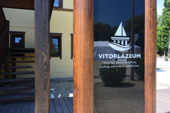 Vitorlázeum felirat az épület előtt