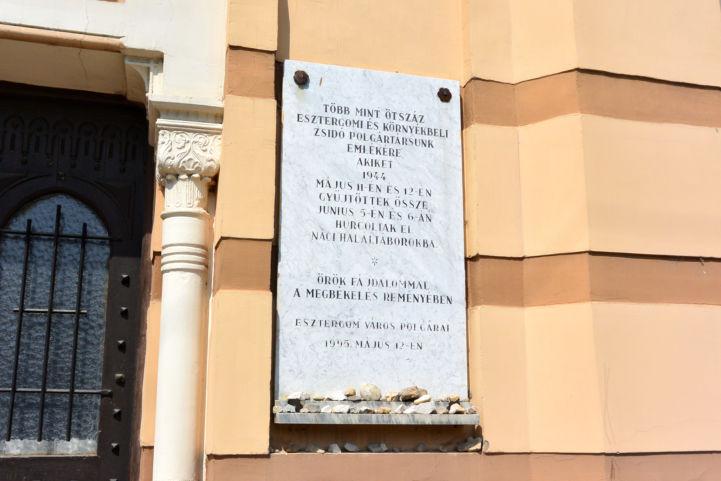 emléktábla az egykori zsinagóga falán
