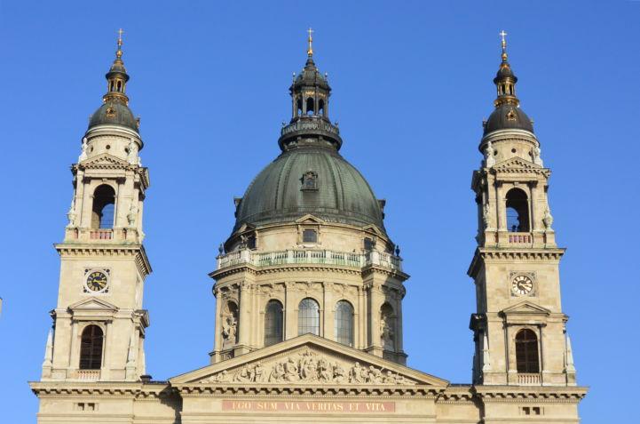 a Bazilika tornyai és timpanonja