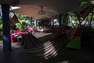 kényelmes függőágyak és kanapék várják a Tranzit vendégeit