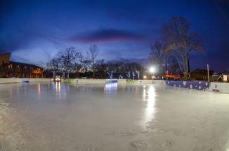 jégpálya esti kivilágításban a megnyitó előtt