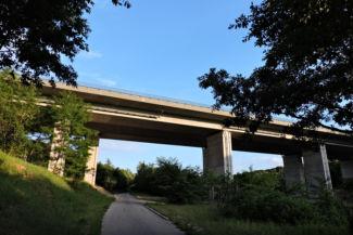 áthaladunk az M7-es autópálya hídja alatt