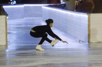 műkorcsolya bemutató a csepeli jégpálya megnyitóján, a jégfolyosó előtt