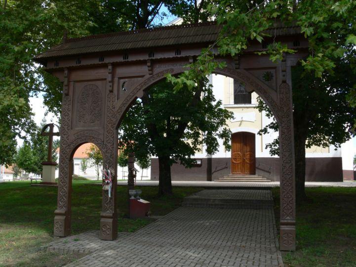 székelykapu a Szent László király templom előtt