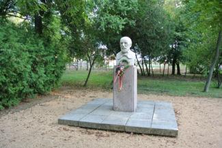 Vörösmarty Mihály-mellszobor a költő emlékházának kertjében