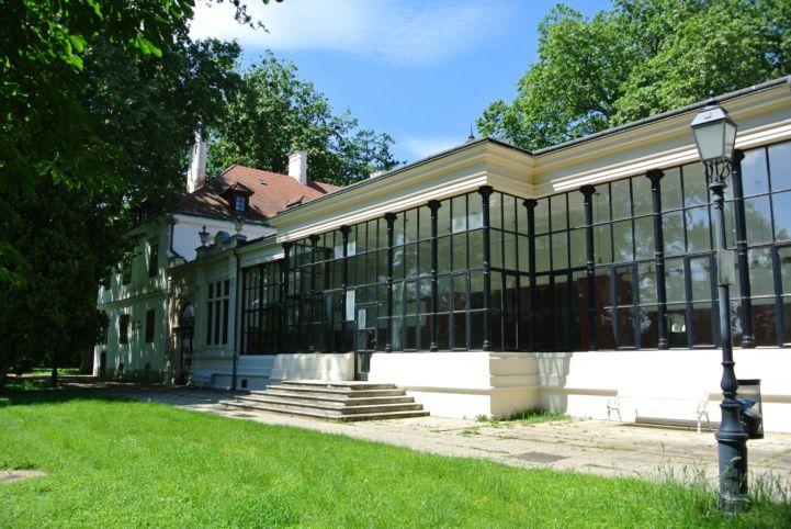 a Széchenyi-kastély egy üvegfalú épületrésze