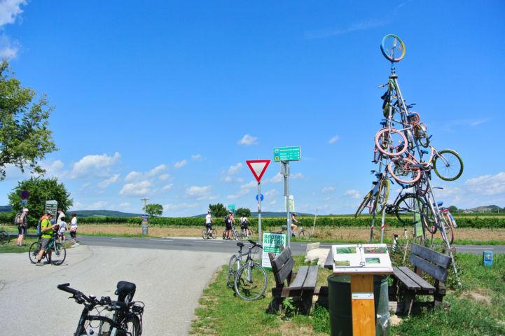 pihenőhely érdekes kerékpár-szoborral