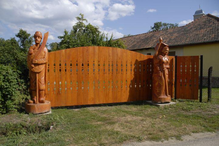 faragott kapu szobrokkal