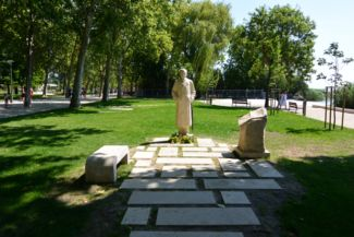 statue of Sándor Pethő, founder of the newspaper Hungarian Nation. Pethő died in Balatonfüred in 1940 and his memorial was erected in 2015.
