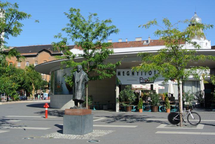 Móricz Zsigmond-szobor a róla elnevezett téren
