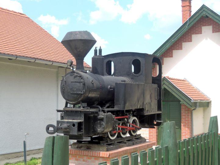 az erdei kisvasút régi mozdonya