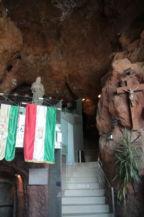 a filmvetítő terembe vezető lépcső, két oldalán Boldog Özséb-szobrával és egy régi fakereszttel
