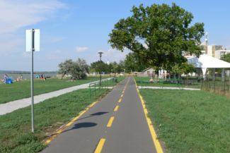 bicikliút a Velencei-tó mellett