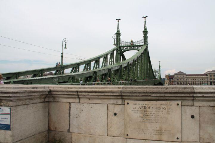 az egykori hidroplánkikötő emléktáblája a Szabadság híd melletti mellvéden