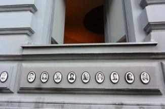 áldozatok arcképei a Terror Háza falán