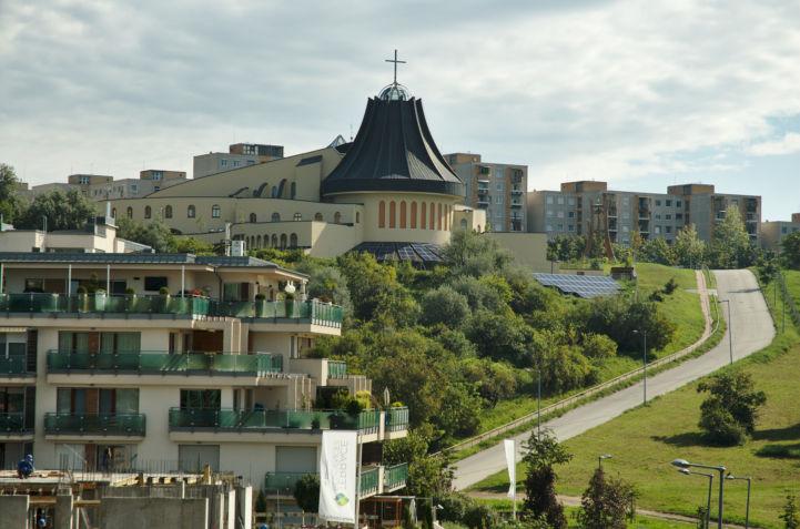 Szent Angyalok-templom a gazdagréti lakóteleppel a háttérben
