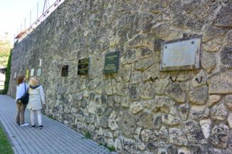 emléktáblák a Tapolca-patak mentén húzódó falon