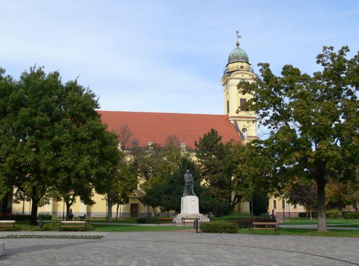 Kossuth tér, háttérben a Szent Anna-templom