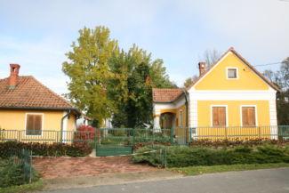 kódisállásos lakóház