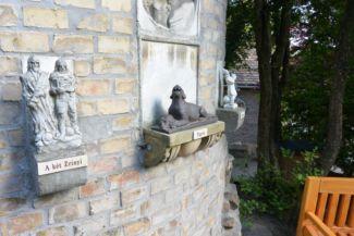 szobrok a Bory-vár falán