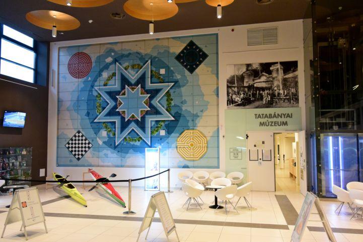 a tatabányai múzeum bejárata a Vértes Agórájában