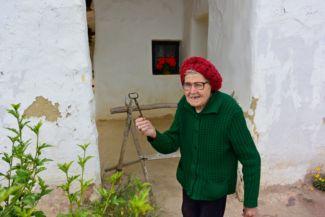 a szomszéd néni hozza a tájház kulcsát