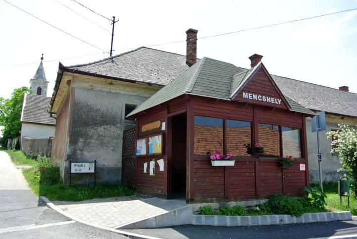 buszmegálló és a Szentháromság-templom