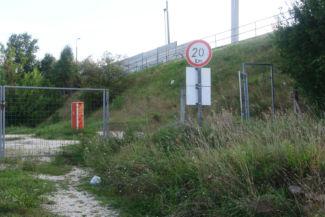 az M0-ás hídhoz ezen a kapun át vezet az utunk