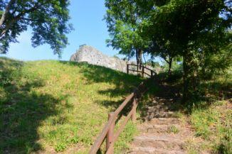 a parkolóból lépcső vezet fel az egykori bányához