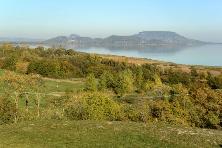 látkép a Balaton-felvidék tanúhegyei felé a  balatongyöröki Szépkilátóból