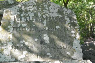 Hertelendy-emlékmű a Páholykő-kilátóhely felé